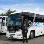 中型観光バスと笑顔の運転手