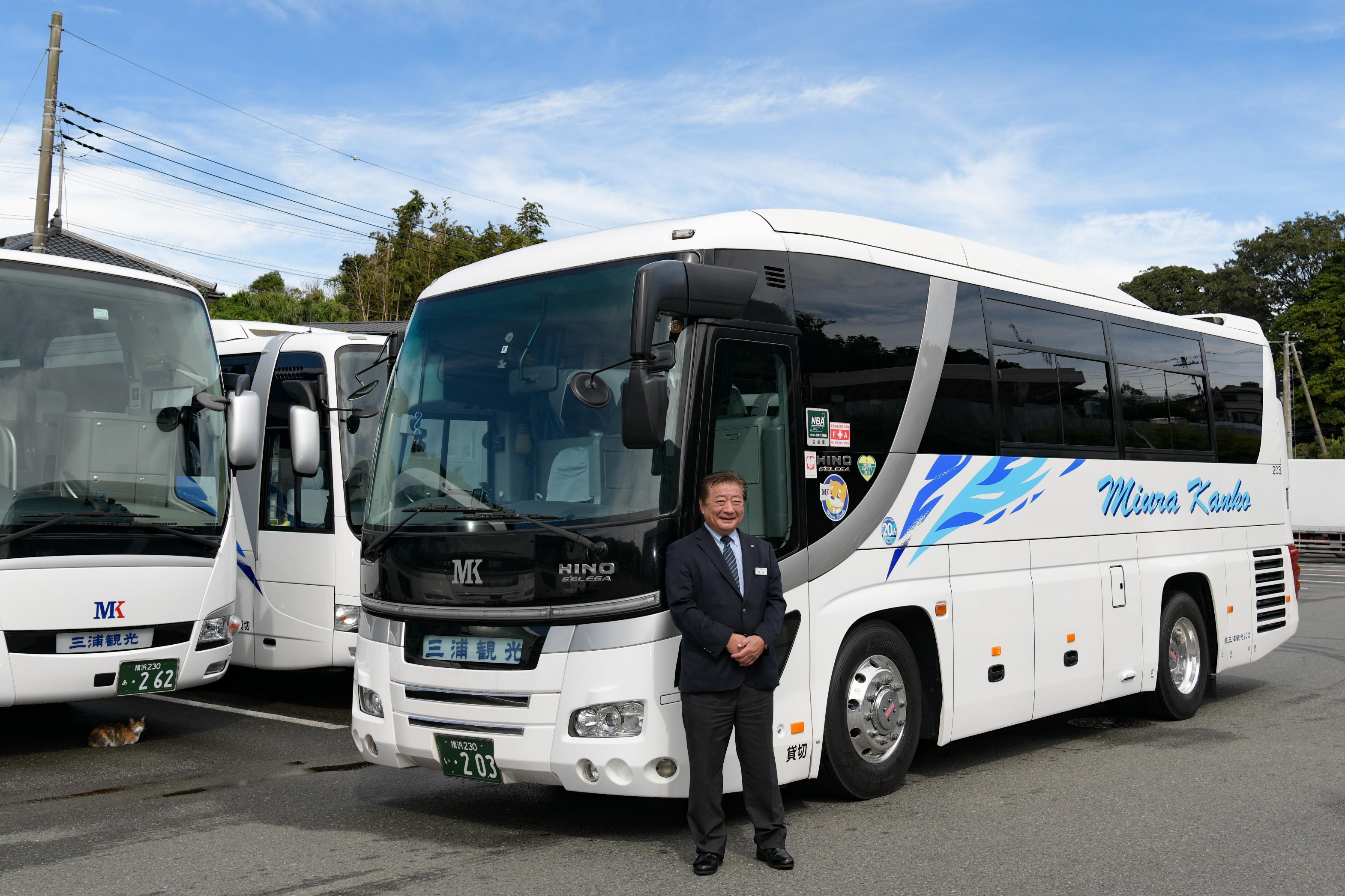 中型観光バスと運転手