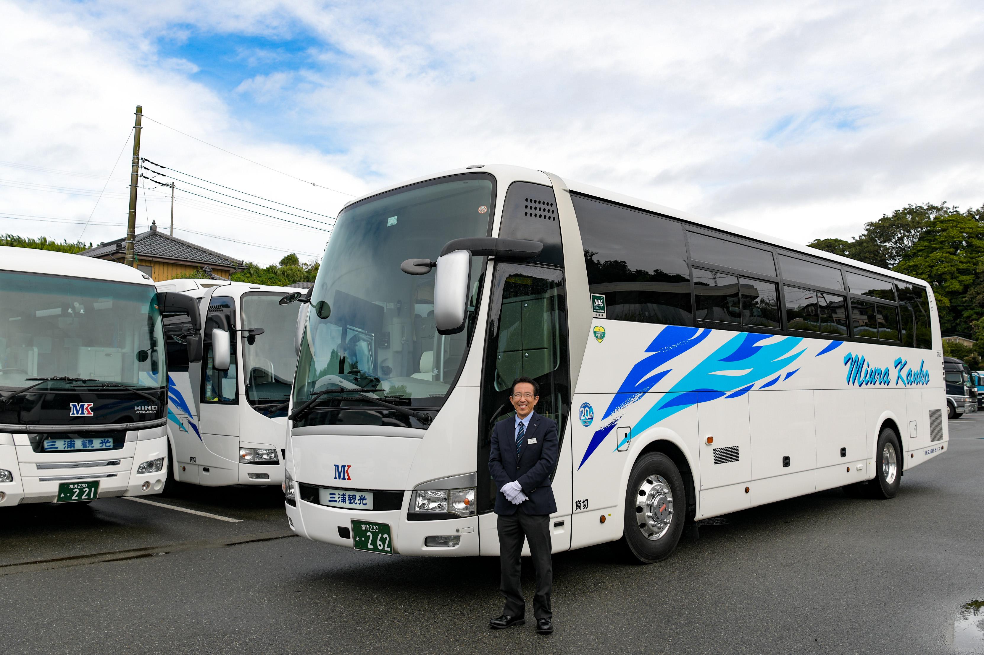 大型観光バスと運転手
