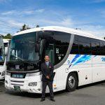大型バスと笑顔の運転手