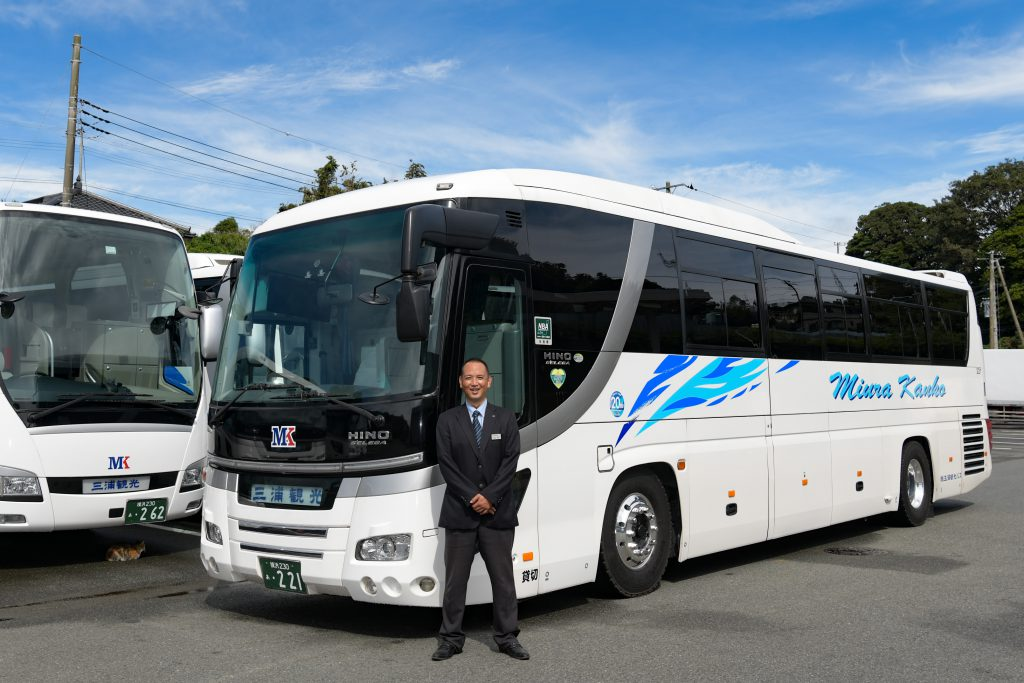 リフト付き貸切バスと笑顔の運転手