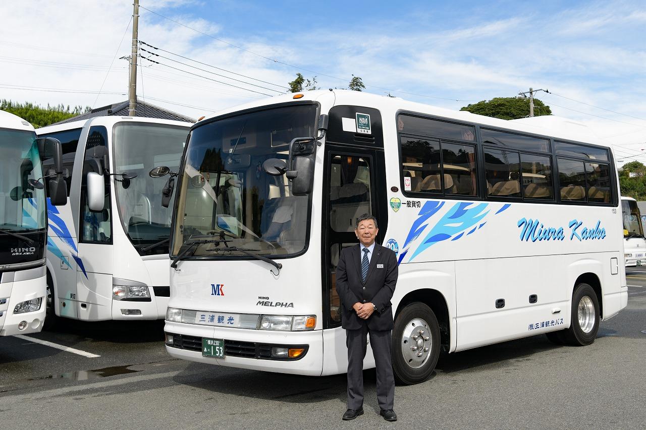 小型観光バスと運転手