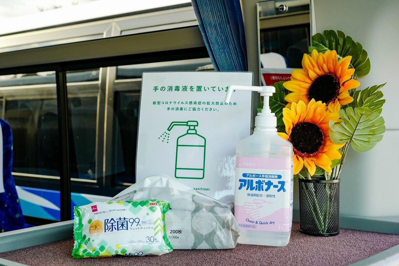 バスに積まれたお客様用の消毒液